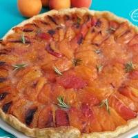 Tarte aux abricots au miel de romarin.
