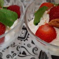verrines de fruits rouges à la crème de tiramisu.
