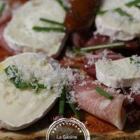 Bruschettas jambon, chèvre parmesan tomates séchées.
